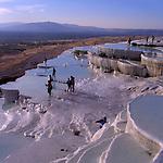 Asien, TUR, Tuerkei, Tuerkische Aegaeis, Aegaeis, Pamukalle, Kalk-Sinterterrassen, Die Kalksinterterrassen von Pamukkale ist wohl die beruehmteste Sehenswuerdigkeit der Tuerkei. Die Sinterkalke stammen von verschiedenen heissen Quellen ca. 35 Grad Celsius, die groessere Mengen von geloesten Kalziumbikarbonat enthalten. Sobald das Wasser an die Oberflaeche gelangt, wandelt sich der geloeste Kalk in Kohlendioxyd, Wasser und Kalziumkarbonat um, wobei letzeres der Kalkfilm ist, der den Kalksinterterrassen seine Farbe gibt.Die Thermalquellen von Pamukkale enthalten neben dem Kalk noch Kohlensaeure, schwefelige Saeure, Eisen, Kochsalz und Magnesium und sind deshalb seit Alters her wegen Ihrer heilenden Kraft bekannt.<br /> [Fuer die Nutzung gelten die jeweils gueltigen Allgemeinen Liefer-und Geschaeftsbedingungen. Nutzung nur gegen Verwendungsmeldung und Nachweis. Download der AGB unter http://www.image-box.com oder werden auf Anfrage zugesendet. Freigabe ist vorher erforderlich. Jede Nutzung des Fotos ist honorarpflichtig gemaess derzeit gueltiger MFM Liste - Kontakt, Uwe Schmid-Fotografie, Duisburg, Tel. (+49).2065.677997, fotofinder@image-box.com, www.image-box.com]