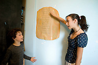homeschooling, educazione parentale. Asya,12 anni, interroga in matematica Edoardo,9 anni.
