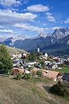 Schweiz, Graubuenden, Unterengadin, Bergdorf Ftan vor den Engadiner Dolomiten   Switzerland, Graubuenden, Lower Engadin, mountain village Ftan and Engadin Dolomites