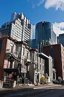 Amérique/Amérique du Nord/Canada/Québec/Montréal: Rue Crescent: L'architecture victorienne des maisons rappelle le mille carré doré, luxueux quartier sur une pente du mont Royal- Contraste architectural avec les Gratte-Ciel