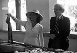 ANDY WARHOL E GLORIA SWANSON<br /> AL MERCATO<br /> MONTECARLO 1973