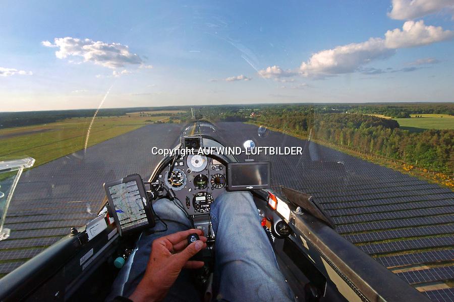 Blick aus einem Cockpit eines Segelflugzeugs: EUROPA, DEUTSCHLAND, SACHSEN, (EUROPE, GERMANY), 24.05.2015: Blick aus einem Cockpit eines Segelflugzeugs