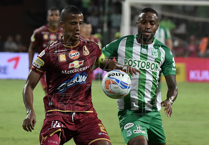 MEDELLÍN -COLOMBIA - 09-06-2018: Reinaldo Lenis  (Der) jugador de Atlético Nacional disputa el balón con Fainer Torijano (Izq) jugador de Deportes Tolima durante partido de vuelta por la final de la Liga Águila I 2018 jugado en el estadio Atanasio Girardot de la ciudad de Medellín. / Reinaldo Lenis (R) player of Atletico Nacional fights for the ball with Fainer Torijano (L) player of Deportes Tolima during second leg match for the final of the Aguila League I 2018 at Atanasio Girardot stadium in Medellin city. Photo: VizzorImage / Gabriel Aponte / Staff
