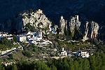 Spain, Province Alicante, El Castell de Guadalest: View to the Bell Tower and Guadalest Castle | Spanien, Provinz Alicante, El Castell de Guadalest: Burg Sankt Joseph und Glockenturm