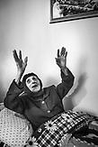 """Golik Jaupis Mutter. Er war einst der Vorzeigesänger des Enver Hoxha Regimes. Als Golik 1983 vor dem paranoiden Diktator sang, rührte er den eisernen Parteiführer zu Tränen. Seit dem ersten Folklorefestival 1968 verbrachte Golik sein Leben <br /> im Dienste der allmächtigen Partei auf der Bühne und bezog als """"Künstler des Volkes"""" zahlreiche Privilegien. <br /> Auf den kometenhaften Aufstieg folgte der schnelle Fall. Nach der Demokratisierung des Landes wurde der anerkannte Sänger systematisch von der offiziellen Bühne verbannt - heute lebt der Sänger in einem Bergdorf der Kurvelesh-Berge und hütet seine 50 Ziegen, seinen Esel und seine Kuh um sein Dasein zu sichern. Eine Reportage, die die Dynamik des Wandels vom Kommunismus zum Postkommunismus auf dem Balkan beispielhaft an einer <br /> außergewöhnlichen Künstlerbiographie sichtbar macht."""