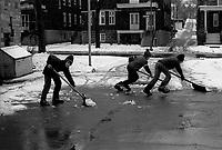 Jeunes pelletant la premiere neige de 1972 en novembre (date exacte inconnue)<br /> <br /> PHOTO : Alain Renaud - Agence Quebec presse<br /> <br /> <br /> <br /> Jeunes pelletant la premiere neige de 1972 en novembre (date exacte inconnue)<br /> <br /> PHOTO : Alain Renaud - Agence Quebec presse