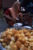 """Asie/Inde/Rajasthan/Udaipur : Marché Mandi - Etal d'une marchande de """"puri"""" pâte frite pour le petit déjeuner"""