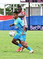 MONTERIA - COLOMBIA, 15-08-2021: Nelino Tapia de Jaguares de Cordoba F.C. y Edwin Cetre de Atletico Junior disputan el balón durante partido entre Jaguares de Cordoba F. C. y Atletico Junior de la fecha 5 por la Liga BetPlay DIMAYOR I 2021, en el estadio Jaraguay de Monteria de la ciudad de Monteria. / Nelino Tapia of Jaguares de Cordoba F.C. and Edwin Cetre of Atletico Junior vie for the ball during a match between Jaguares de Cordoba F. C. and Atletico Junior, of the 5th date for the Betplay DIMAYOR I 2021 League at Jaraguay de Monteria Stadium in Monteria city. / Photo: VizzorImage / Andres Lopez / Cont.