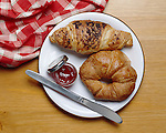 France: two croissants with knife and open pot of jam on white plate | Frankreich: Croissants und Marmelade