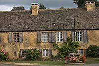 Europe/France/Aquitaine/24/Dordogne/Périgord Noir/Saint-Geniès: Vieille demeure aux toits en lauze