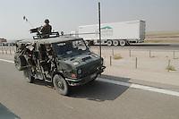 - marines of the S.Marco Battalion patrol the freeway from Bassora to Nassiriya....- fanti di marina del battaglione S.Marco pattugliano l'autostrada Bassora - Nassiriya
