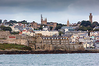 Royaume-Uni, îles Anglo-Normandes, île de Guernesey, Saint Peter Port:  la ville et Castle Cornet// United Kingdom, Channel Islands, Guernsey island, Saint Peter Port: <br /> Castle Cornet and the tawn