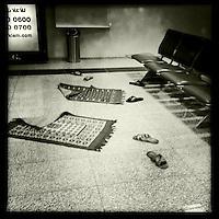 Gebetsteppiche im Abfertigungsbereich des Erbil International Airport. <br /> 20.12.2014, Erbil/Autonome Kurdische Region/Irak<br /> Copyright: Christian-Ditsch.de<br /> [Inhaltsveraendernde Manipulation des Fotos nur nach ausdruecklicher Genehmigung des Fotografen. Vereinbarungen ueber Abtretung von Persoenlichkeitsrechten/Model Release der abgebildeten Person/Personen liegen nicht vor. NO MODEL RELEASE! Nur fuer Redaktionelle Zwecke. Don't publish without copyright Christian-Ditsch.de, Veroeffentlichung nur mit Fotografennennung, sowie gegen Honorar, MwSt. und Beleg. Konto: I N G - D i B a, IBAN DE58500105175400192269, BIC INGDDEFFXXX, Kontakt: post@christian-ditsch.de<br /> Bei der Bearbeitung der Dateiinformationen darf die Urheberkennzeichnung in den EXIF- und  IPTC-Daten nicht entfernt werden, diese sind in digitalen Medien nach §95c UrhG rechtlich geschuetzt. Der Urhebervermerk wird gemaess §13 UrhG verlangt.]