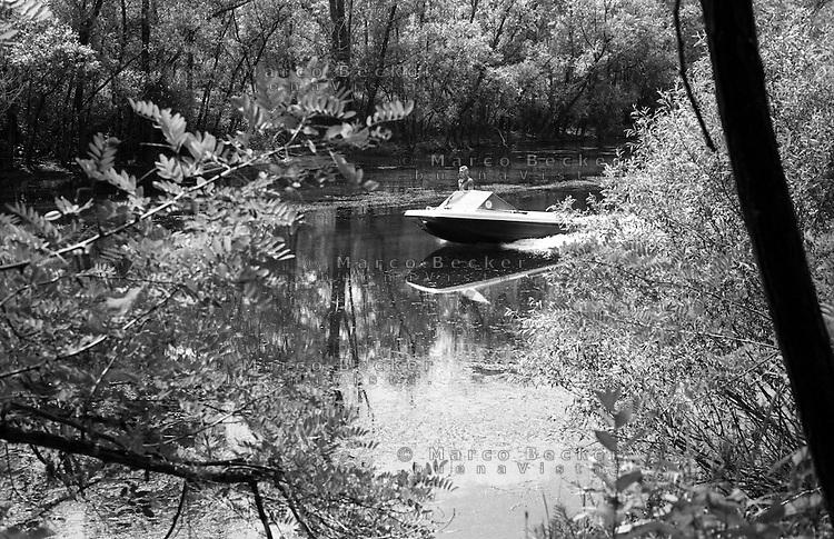 Parco del Ticino  presso Motta Visconti (provincia di Milano). Un motoscafo --- Park of Ticino river near Motta Visconti (Province of Milan). A motorboat