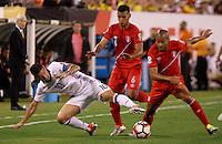 NEW JERSEY - UNITED STATES, 17-06-2016: James Rodriguez (Izq) jugador de Colombia (COL) disputa el balón con Alberto Rodriguez (Der.) jugador de Peru (PER) durante partido por los cuartos de final entre Colombia (COL) y Peru (PER)  por la Copa América Centenario USA 2016 jugado en el estadio MetLife en East Rutherford, Nueva Jersey, USA.  / James Rodriguez (L) player of Colombia (COL) fights the ball with Alberto Rodriguez (R) player of Peru (PER) during a match for the quarter of finals between Colombia (COL) and Peru (PER) for the Copa América Centenario USA 2016 played at MetLife stadium in East Rutherford, New Jersey, USA. Photo: VizzorImage/ Luis Alvarez /Cont.