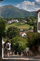 Europe/France/Aquitaine/64/Pyrénées-Atlantiques/Pays-Basque/Sare: sur le chemin romain en fond les maisons du village et Pyrénées Basques