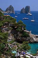 Italien, Capri, Blick von Marina Piccola auf Faraglioni-Felsen und Sarazenenturm