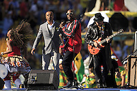 Carlos Santana performs during the closing ceremony with Alexandre Pires and Wyclef Jean