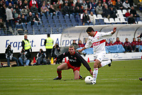 Stuttgarts Imre Szabics zieht ab zum 1:0, Frankfurts Geri Cipi schaut hinterher