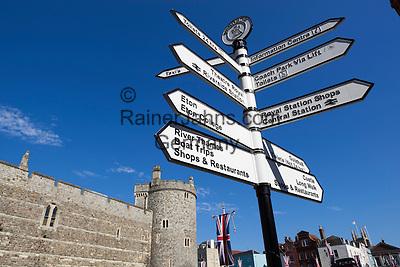 Great Britain, England, Berkshire, Windsor: Tourist signpost | Grossbritannien, England, Berkshire, Windsor: Wegweiser fuer Touristen