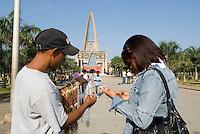 Dominikanische Republik, Schmuckverkäufer vor der Kathedrale von Higüey - Basilica Nuestra Senora de Altagracia,