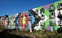 Nederland  Amsterdam -  2020.  Amsterdam Heesterveld. Oude flats in Zuidoost zijn kleurig beschilderd door kunstenaars.   Foto : ANP/ HH / Berlinda van Dam