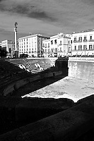 Prospettiva sull'Anfiteatro di Lecce. Sullo sfondo un lato della Piazza Sant'Oronzo; si vede la colonna con la statua di Sant'Oronzo, il palazzo della BNL.