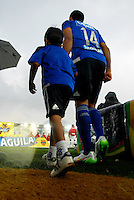 BOGOTA - COLOMBIA -07 -02-2015: Los jugadores de Millonarios entran al campo partido entre Millonarios y Patriotas FC por la fecha 2 de la Liga Aguila I-2015, jugado en el estadio Nemesio Camacho El Campin de la ciudad de Bogota.  / The players of Millonarios enter to the field during a match between Millonarios and Patriotas FC for the date 1 of the Liga Aguila I-2015 at the Nemesio Camacho El Campin Stadium in Bogota city, Photo: VizzorImage / Luis Ramirez / Staff.
