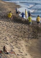 France/DOM/Martinique/ Saint-Pierre: Partie de  foot-ball  et touriste sur la plage