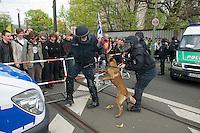 Gegen den Protest mehrerer tausend Menschen setzte die Polizei am 1. Mai in Berlin einen Aufmarsch von ca. 300 Neonazis aus ganz Deutschland durch. Es gab mehrere Versuche die Marschroute mit Blokaden zu sperren, so auch einer Betonpyramide, an die sich 4 Menschen angekettet hatten.<br />Im Bild: Ein Polizist aus Schleswig-Holstein kann seinen Hund nicht halten, so dass der Hund einen Polizisten aus Niedersachsen anfaellt und verletzt.<br />1.5.2013, Berlin<br />Copyright: Christian-Ditsch.de<br />[Inhaltsveraendernde Manipulation des Fotos nur nach ausdruecklicher Genehmigung des Fotografen. Vereinbarungen ueber Abtretung von Persoenlichkeitsrechten/Model Release der abgebildeten Person/Personen liegen nicht vor. NO MODEL RELEASE! Don't publish without copyright Christian-Ditsch.de, Veroeffentlichung nur mit Fotografennennung, sowie gegen Honorar, MwSt. und Beleg. Konto:, I N G - D i B a, IBAN DE58500105175400192269, BIC INGDDEFFXXX, Kontakt: post@christian-ditsch.de<br />Urhebervermerk wird gemaess Paragraph 13 UHG verlangt.]