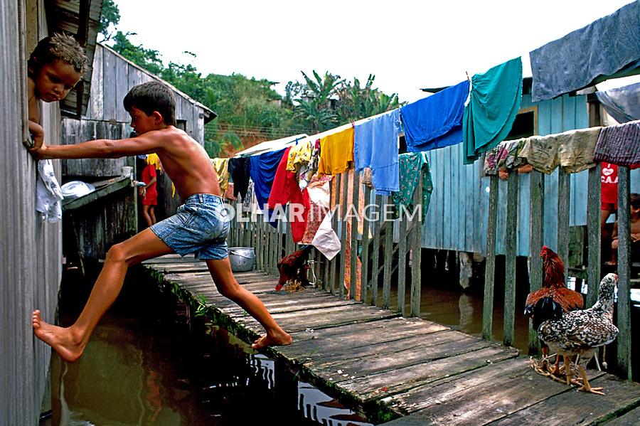 Criança brincando em palafita. Cruzeiro do Sul. Acre. 1990. Foto de Cynthia Brito.