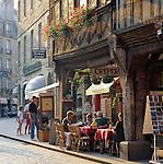 France, Brittany, Département Côtes-d'Armor, Dinan: Street cafe scene | Frankreich, Bretagne, Département Côtes-d'Armor, Dinan: Cafe und Crêperie in der Altstadt