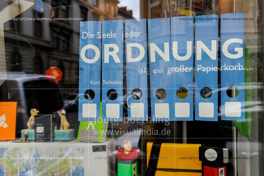 Germany, shop window / DEUTSCHLAND, Hamburg, Schaufenstergestaltung Aktenordner mit Zitat Die Seele jeder Ordnung ist ein großer Papierkorb von Kurt Tucholksky