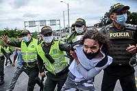 CALARCA - COLOMBIA, 30-04-2021: Un manifestante es arrestado por un policía en la salida de Calarcá en la vía que conduce al alto de La Línea durante el tercer día de Paro Nacional en Colombia hoy, 30 abril de 2021, y que comenzó el pasado 28 de abril de 2021 para protestar por la reforma tributaria que adelanta el gobierno de Ivan Duque además de la precaria situación social y económica que vive Colombia. El paro fue convocado por sindicatos, organizaciones sociales, estudiantes y la oposición. / A protester is arrested by a policeman at the exit of Calarcá on the road that leads to the top of La Línea during the third day of the National Strike in Colombia today, April 30, 2021, and which began on April 28, 2021 to protest the tax reform that the government of Ivan Duque is also advancing of the precarious social and economic situation that Colombia is experiencing. The strike was called by unions, social organizations, students and the opposition in Colombia. Photo: VizzorImage / Santiago Castro / Cont