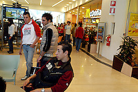 - young people meet inside a commercial center....- giovani si riuniscono all'interno di un centro commerciale