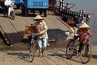 Fähre bei Hanoi, Vietnam
