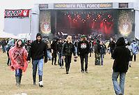 With Full Force XVIII.Das With Full Force (kurz WFF) ist eines der größten Musikfestivals für Metal, Hardcore und Punk in Deutschland. Jährlich lockt es am ersten  Juliwochenende um die 30.000 Metal- und Hardcore-Fans auf den Segelflugplatz Roitzschjora bei Löbnitz statt. In diesem Jahr hat es das Wetter nicht gut gemeint. Dauerregen und 15 Grad bestimmten den kompletten Samstag. Regenjacken, bunte Gummistiefel und Regenschirme wohin das Auge blickte. Trotzdem: Auf zwei Bühnen rockten am zweiten Festivaltag unter anderem Terror, Satyricon, Cavalera Conspiracy, Hatebreed, Die Kassierer, Blood For Blood, Knorkator und Mad Sin das Publikum..Foto: Karoline Maria Keybe