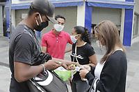 Campinas (SP), 07/05/2020 - Covid-19/Comercio - Venda de mascaras. Comecou nesta quinta-feira (7) o uso obrigatorio de mascaras de protecao em locais fechados na cidade de Campinas, interior de Sao Paulo, como forma de prevencao ao novo coronavirus. Tambem tem inicio hoje o decreto estadual que preve o uso obrigatorio da mascara nas ruas das cidades.<br /> Em Campinas, o prefeito Jonas Donizette (PSB) explicou que nao havera fiscalizacao das pessoas nas ruas em relacao ao uso das mascaras e a ideia e que os moradores da cidade tenham consciencia da importancia do uso.<br /> A mudanca principal em Campinas, que preve multa de ate R$ 274 mil para comerciantes, e o uso das mascaras por clientes em locais como supermercados, lotericas, oticas e qualquer outro estabelecimento essencial que esteja aberto durante a quarentena. (Foto: Denny Cesare/Codigo 19/Codigo 19)