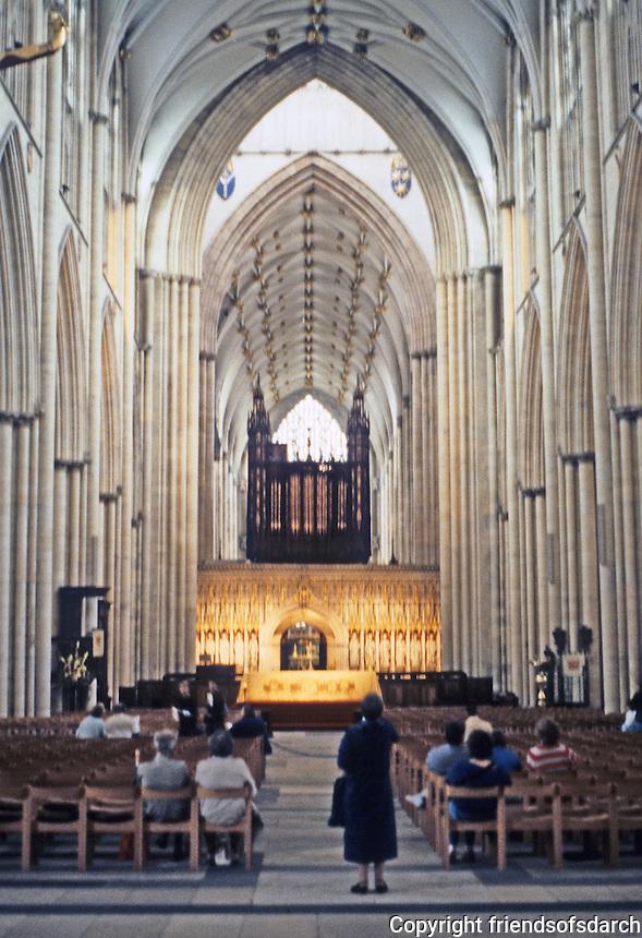 York: York Minster, Nave. Photo '90.