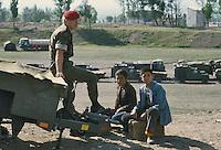 - two children shoeshiner and a soldier of English military police present in the city of Erzurum (south-oriental Turkey, Turkish Kurdistan) for NATO exercises..- due bambini lustrascarpe ed un agente della polizia militare inglese presente nella città di Erzurum (Turchia sud-orientale, Kurdistan turco) per esercitazioni della NATO