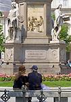 Italien, Lombardei, Mailand: Piazza della Scala - Platz vor der Mailaender Scala (Teatro alla Scala) - Paar auf einer Bank | Italy, Milan: Piazza della Scala - square in front of opera Teatro alla Scala di Milano - couple on a bench