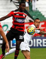 MANIZALES - COLOMBIA - 21-04-2013: Harrison Henao (Der.) jugador del  Once Caldas, disputan el balón con Stiven Mendoza (Izq), jugador del Cúcuta Deportivo, durante el partido en el estadio Palogrande de la ciudad de Manizales, abril 21 de 2013. Once Caldas venció dos goles a cero al Cúcuta Deportivo, en partido de la fecha 12 de la Liga Postobón I. (Foto: VizzorImage / Yonboni  / Str). Harrison Henao (R) player of Once Caldas, figths for the ball with Stiven Mendoza (L) player of Boyaca Chico F C, during the match at the stadium Palogrande city of Manizales, April 21, 2013. Once Caldas won two goals to cero to Cucuta Deportivo, in a match for the twelfth date of the League Postobon I. (Photo: VizzorImage / Yonboni / Str)  .