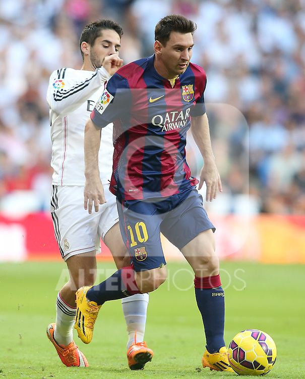 Real Madrid's Isco (l) and FC Barcelona's Leo Messi during La Liga match.October 25,2014. (ALTERPHOTOS/Acero)