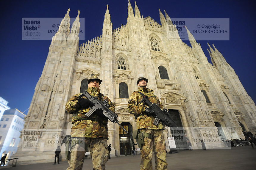 - Milano 25.11.2015 - L'esercito in servizio di sicurezza antiterrorismo intorno alla Cattedrale il Duomo<br />