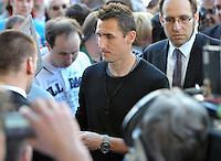 IM BILD: Miroslav Klose - Diverse Prominente treffen am Mittwoch (05.06.2013) nach und nach im Hotel Steigenberger in Leipzigs Innenstadt ein. Zahlreiche Autogrammjäger und Fans haben sich davor versammelt. Am Abend werden die Gäste beim Abschiedsspiel von Michael Ballack in der Red-Bull-Arena teilnehmen. <br /> Foto: Christian Nitsche