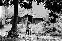 Mozambico, Africa, Zambesia, bambino con cerchione verso casa