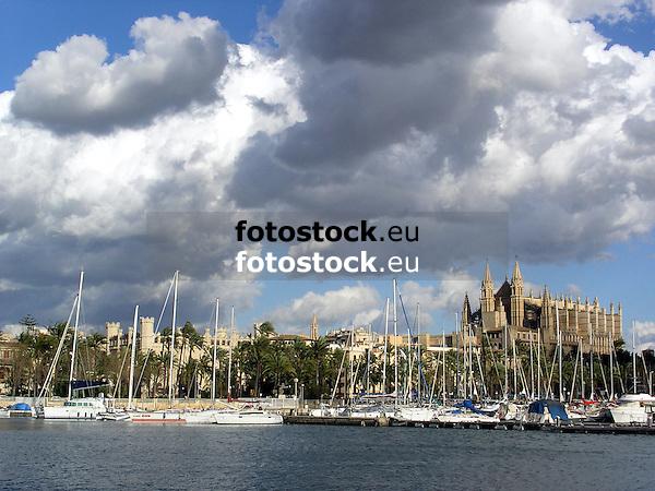 View over the fishing harbour of Palma de Mallorca to the cathedral La Seu<br /> <br /> Vista sobre el puerto pesquero de Palma de Mallorca a la catedral La Seu<br /> <br /> Blick über den Fischerhafen von Palma de Mallorca auf die Kathedrale La Seu<br /> <br /> 2272 x 1703 px<br /> 150 dpi: 38,47 x 28,85 cm<br /> 300 dpi: 19,24 x 14,43 cm