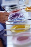 Europe/France/Bretagne/29/Finistère/Quimper: Faïencerie d'art breton - Décoration à la main - Détail des couleurs et des pinceaux