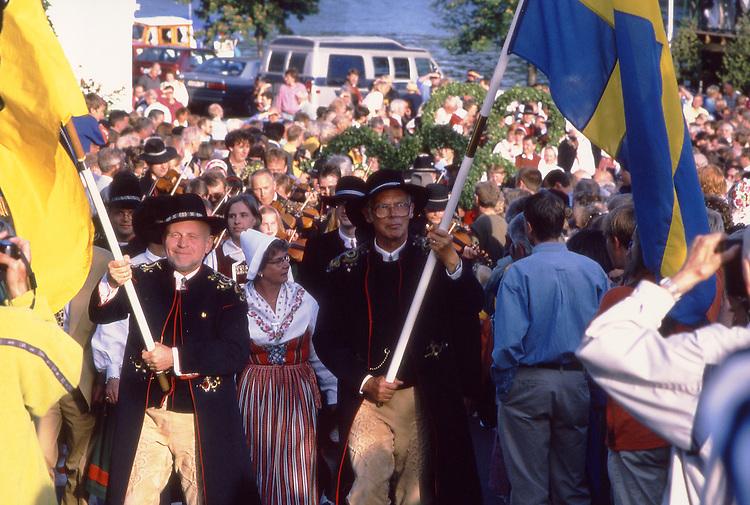 SWE, Schweden, Darlana, Leksand, Mittsommerfest, Dalarna und der Siljansee im Zentrum Mittelschwedens gehoeren zu den schoensten und traditionsreichsten Gegenden dieser Region. Dalarna zeichnet sich besonders durch seine Folklore, Musik, die Trachten und die Mittsommerfeiern aus. Die Aufnahme zeigt Bewohner des Ortes Leksand in typisch historischen Trachten dieser Region anlaesslich der zu jedem Jahr stattfindenen Mittsommerfeiern in dieser Region. Hier in Dalarna wird urschwedisches Brauchtum noch gepflegt - die Midsommar-Feiern sind hier Tradionsbewusster als anderswo.<br /> [Fuer die Nutzung gelten die jeweils gueltigen Allgemeinen Liefer-und Geschaeftsbedingungen. Nutzung nur gegen Verwendungsmeldung und Nachweis. Download der AGB unter http://www.image-box.com oder werden auf Anfrage zugesendet. Freigabe ist vorher erforderlich. Jede Nutzung des Fotos ist honorarpflichtig gemaess derzeit gueltiger MFM Liste - Kontakt, Uwe Schmid-Fotografie, Duisburg, Tel. (+49).2065.677997, fotofinder@image-box.com, www.image-box.com]