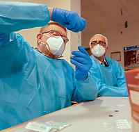 Gross-Gerau 27.12.2020: Erste Corona Impfung im Kreis Groß-Gerau<br /> Corona bzw Covid 19 Impfstoff Ampulle von Pfizer-Biontech wird gemischt und in Spritzen abgefüllt von den Apotheker Fritz Klink und Hassan Torkjazi